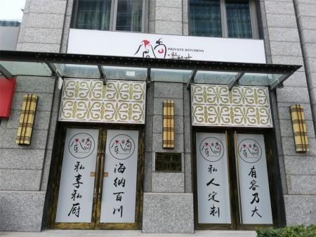 杨浦五角场板块民府路517号,一拖二底商商铺现美容院承租年租金60万,业主常年国外,诚意出售